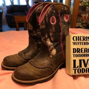 Arial Women's pink Camo boots size 10